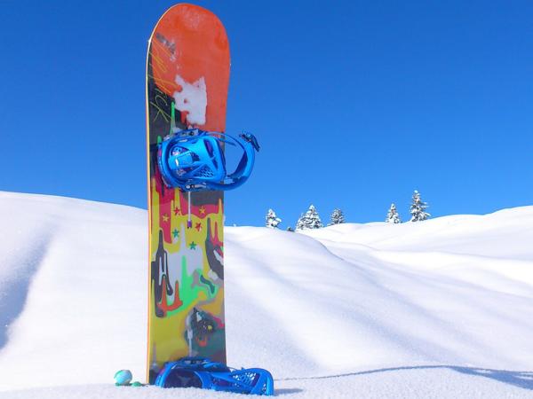 Snowboard v snehu